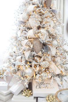 Luxury Christmas Decor, Elegant Christmas Trees, Ribbon On Christmas Tree, Christmas Tree Design, Office Christmas, Christmas Tree Themes, Christmas Tree Toppers, Gold Christmas, Christmas Home