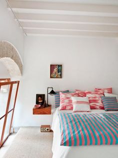bedroom / striped bedding