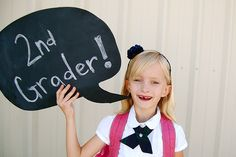 Let your little one tell you WHO THEY ARE this back-to-school time of year. These fun chalkboard speech bubbles are a great way to keep track of all the years of back-to-school photos you'll be taking. Back To School Party, 1st Day Of School, School Daze, School Parties, School Fun, School Ideas, Back To School Pictures, School Photos, Diy Chalkboard