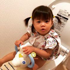 Instagram media kumi_0519 - おトイレデビュー☆ 最近やたら便座に座りたがるので補助便座に初挑戦‼️ 嬉しそうにロディの頭をバシバシ叩いたり便器を覗いたり、たまにドヤ顔したり 何にも出なかったけど、楽しくトイトレ出来そうでひと安心(๑•ω•๑)  #1歳4ヶ月 #16ヶ月 #女の子 #トイトレ #トイレトレーニング #親バカ #親バカ部 #ロディ #補助便座
