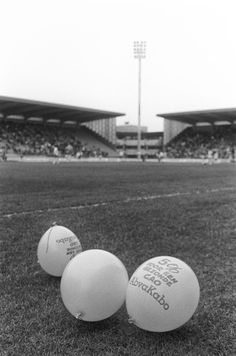 actievoeren voor 5% meer loon in de gezondheidssector in het stadion van FC Utrecht tijdens de wedstrijd | take action for 5% more wage in the healthcare sector in the stadium of FC Utrecht during the match | 04-1989