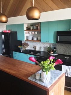 See a totally transformed a blah dated kitchen into a unique modern vintage kitchen makeover by The Sweet Escape. Includes Before & After photos. Cheap Wall Decor, Cheap Home Decor, Updated Kitchen, New Kitchen, Kitchen Modern, Cocina Office, Vintage Kitchen Decor, Decorating Small Spaces, Decorating Ideas