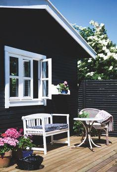 Mormor-stilen har magten i Sine og Rasmus' lille ferieoase, men sort læder og mørkt træ sørger for, at her stadig er plads til mandehørm