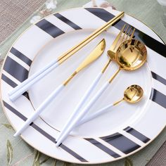Black Dinnerware, Gold Kitchen, Kitchen Sets, Cool Kitchen Gadgets, Cool Kitchens, Cutlery Art, Flatware, Utensil Set, Kitchens