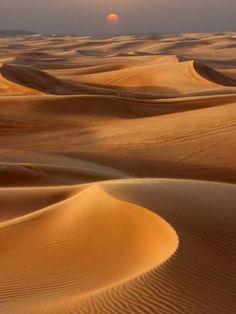 Sunset over the sand dunes in Dubai. The desert safari was amazing!! And the evening entertainment was fantastic as well! United Arab Emirates Travel Tener más información en nuestro sitio https://storelatina.com/unitedarabemirates/travelling #Ərəbemirləri #viagem #vacation #ArabEmirates