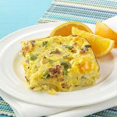 6 bacon strips 1 small onion, chopped 1 small green pepper, chopped 1 teaspooncanola oil 2 cartons (8 ounceseach) egg substitute 4 eggs 1 cupfat-free milk 4 cupsfrozen shredded hash brown potatoes, thawed 1 cup(4 ounces) shredded reduced-fat cheddar