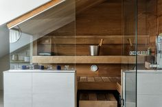 Ullakkohuoneiston moderni sauna hurmaa