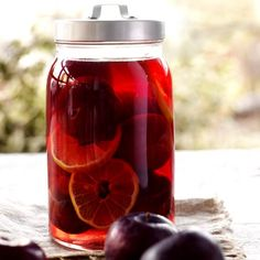 Here is a delicious recipe for Plums in rum. Browse though a wide variety of recipes, tips and inspiring ideas. Vanilla Sugar, Vanilla Ice Cream, Lemon Slice, Retro Recipes, Gluten Free Desserts, Desert Recipes, Plum, Mason Jars, Deserts