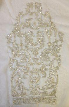 Cette liste est pour un corsage de robe perlée qui a été personnalisé conçu pour nous et jamais utilisé. Le perlage a été conçu à New York et perles à Mumbai. Il sagit de la seule existence. Contient 1 panneau avant, 2 panneaux arrière et 2 manches longues. Le perlage est paillettes et perles sur une mousseline de soie blanc poly. Les mesures sont les suivantes : buste : 36 pouces.  Centre front longueur : 16 po.  Longueur de la couture de lépaule vers le bas : 22 dans.  Biceps : 13 dans…