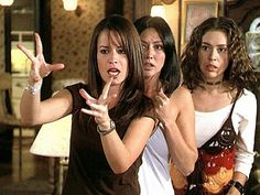 Piper, Prue and Phoebe Halliwell (Holly Marie Combs, Shannen Doherty and Alyssa Milano) Serie Charmed, Charmed Tv Show, Phoebe Charmed, Phoebe And Cole, Charmed Sisters, Holly Marie Combs, Beautiful Witch, Shannen Doherty, Playbuzz