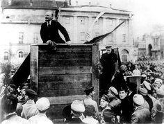 Speech van Lenin tijdens 1 mei-viering in Rusland. Trotski die rechts naast hem stond op deze bekende foto, is weg-geretoucheerd, zoals toen vaker gebeurde. (In dit geval is dat gedaan door Spaarnestad Photo). Rusland, Moskou, 1 mei 1920.   Labour Day in Moskow, Russia, May 1, 1920. Lenin speeching. Trotski, who was also present at this famous pictere, has been removed from the photograph, which happened more often in the Sowjet Union. (In this case the retouching was done by Spaarnestad…