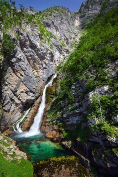De Savica waterval in Slovenië is één van de vele hoogtepunten die je tijdens een roadtrip door Slovenië zult beleven. Zie voor meer inspiratie https://blog.sunnycars.nl/