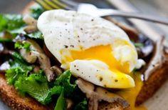 Pocherade ägg är den hetaste frukosttrenden just nu, i alla fall om man får tro det man ser i sociala medier. Här är guiden som lär dig allt du behöver kunna om den klassiska äggrätten: allt i från hur du kokar det perfekta pocherade ägget, till hur du knåpar ihop en Ägg Benedict!