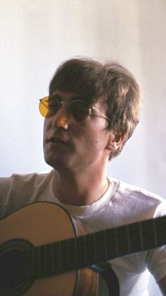 One of my faves of john Foto Beatles, Les Beatles, John Lennon Beatles, Beatles Photos, Beatles Guitar, Imagine John Lennon, John Lennon And Yoko, Yoko Ono, Paul Mccartney