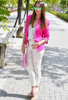 pantalón claro con saco rosa