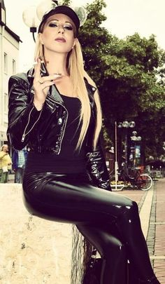 Lady Tasha in a stunning black PVC Outfit Shiny Leggings, Leather Leggings, Sexy Outfits, Pretty Outfits, Vinyl Clothing, Leder Outfits, Girl Smoking, Leather Fashion, Mantel
