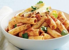 One-pot pasta with bacon, tomato and ricotta. Use whole-wheat pasta or your favourite pasta substitute to keep it clean. Pasta Dishes, Food Dishes, Veal Schnitzel, Pasta Substitute, One Pot Dinners, Wheat Pasta, Bacon Pasta, One Pot Pasta, Homemade Pasta