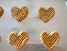 Heart-shaped Peanut butter Cookies for Valentines Day Valentines Day Pizza, Valentines Treats Easy, Homemade Valentines, Valentine Recipes, White Chocolate Popcorn, Valentine Chocolate, Chocolate Dipped, Peanut Butter Cookies, No Bake Cookies
