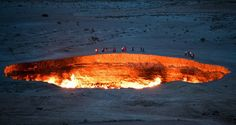Em 1971 os soviéticos estavam perfurando em torno da pequena aldeia de Darvaza deram de cara com uma caverna cheia de gás natural. Por conta das obras, o chão do local acabou cedendo deixando um enorme buraco. Pra evitar a descarga de gás venenoso, foi decidido que a melhor solução seria queimar o local, mas eles nem imaginavam que estaria queimando até hoje. Darvaza | Turcomenistão