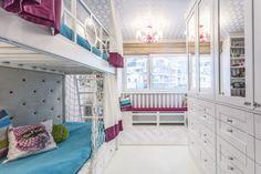 K optickému zvětšení dětského království zvolila designérka Iva Šmídová několik triků: bílošedý základ, tapetu s vertikálními pruhy a šatní skříně se zrcadly