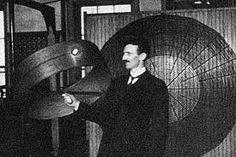Nikola Tesla (1856 - 1943) di nazionalità serbo-americana, ingegnere elettrico, ingegnere meccanico e fisico, inventore della corrente elettrica alternata (AC) e di una quantità impressionante.di applicazioni dell'elettromagnetismo. Il padre delle comunicazioni radio via satellite.