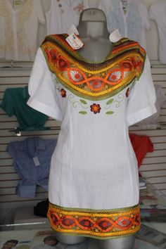 hermosa blusa bordada en distribuciones marymar Abaya Style, Abaya Fashion, Bobbin Lace, African Fabric, Sewing Hacks, Polka Dots, Cover Up, Short Sleeve Dresses, Glamour