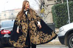 """Anna Dello Russo con cappa """"baroque"""" di Dolce"""