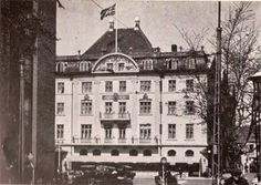 Hagekorsflaget vejrer over Hotel Royal, Århus. Det gamle hotel var blevet beslaglagt og husede de tyske officerer under krigen