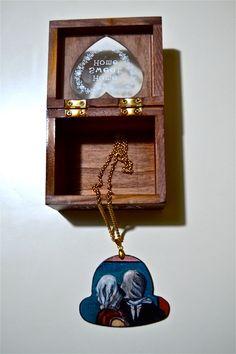 """Collana cappellino di legno dipinta a mano gli """"Amanti"""" di Magritte di CappelliniDiPetra su Etsy"""