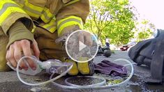 Herzzereißend! Kätzchen wird von Feuerwehrmann aus einem brennenden Haus gerettet! Kitten saved from a burning house!