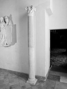 Colonne cannelée à chapiteau composite - Musée national de la Renaissance (Ecouen)