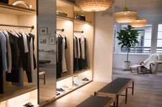 The Best Minimalist Stores for Online Shoppers. If you're in the market for well-made basics and elegantly tailored workwear, these are the 10 sites to shop. Minimalist Fashion French, Minimalist Design, Shop Interior Design, Store Design, Dressing, The Line Apartment, Los Angeles Apartments, Retail Boutique, Layout