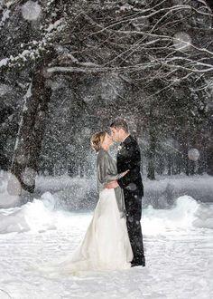 18 parejas que no dejaron que el mal tiempo arruinara su día de matrimonio