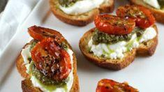 Alta cocina: bruschettas con tomate y albahaca ¡listas en 15 minutos! | MDZ Online Tasty, Yummy Food, Food Platters, Roasted Tomatoes, Appetisers, Appetizer Recipes, Fancy Appetizers, Canapes Recipes, Canapes Ideas
