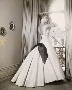 Leah McCartney, c by Athol Shmith. NGV Australia in the Ian Potter Centre Doug Braunstein Trend Moda Vintage, Fifties Fashion, Retro Fashion, High Fashion, Vintage Glamour, Vintage Beauty, Vintage Soul, Vintage Gowns, Vintage Outfits