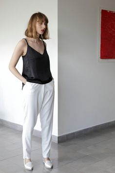 White high waisted pants, featuring crepe textured fabric, 2 side pockets, hidden inner button and hook. Big front pleat, with relaxed fit. Elastic