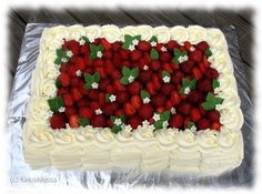 Kinuskikissa - It looks like the big Wilton Icer tip was used for the sides of this cake. Easy buttercream decoration with any basketweave tip. Cake Piping, Buttercream Cake, Strawberry Topping, Cooking Cake, New Cake, Holiday Cakes, Cake Decorating Tutorials, Cake Tutorial, Cute Cakes