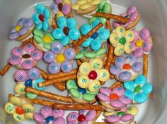 M and pretzel flowers.Pretzels, mini nilla wafers, white chocolate and M's. Cute Maybe use round pretzels instead of mini nilla wafers Holiday Treats, Holiday Fun, Holiday Recipes, Dessert Original, Easter Treats, Easter Food, Easter Candy, Easter Decor, Easter Snacks