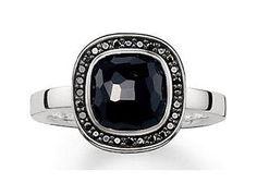 Überaus geheimnisvoll zeigt sich dieser Ring von Thomas Sabo mit schwarzen Zirkonia und einem Onyx. www.christ.de