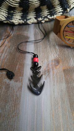 Κολιέ 'Fishbone'  Χειροποίητο ανδρικό κολιέ με μαύρο λεπτό κορδόνι ρυθμιζόμενου μήκους με λεπτομέρεια από μαύρες και κόκκινες χάντρες. Μεταλλικό κυρτό στοιχείο ψαροκόκκαλο σε μαύρο μεταλλικό χρώμα μήκους 4 cm. Ρυθμιστής μήκους σε μαύρο μεταλλικό χρώμα. Μέγιστο μήκος 45 cm. Men Necklace, Washer Necklace, Necklaces, How To Wear, Jewelry, Jewlery, Bijoux, Chain, Jewerly