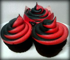 Red and Black Swirl cupcakes Red Birthday Party, White Birthday Cakes, 40th Birthday Cakes, 2nd Birthday, Sweet 16 Cupcakes, Swirl Cupcakes, Cupcake Cakes, Cool Wedding Cakes, Wedding Cupcakes