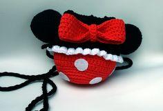 Bolsa saco feita em crochê com linha 100% algodão, inspirada na Minnie Mouse.  As orelhas são acolchoadas, recheadas com fibra siliconada para ficarem fofas.  O fechamento dela é feito amanhando um cordão. Forrada com tecido TNT, podendo assim levar com segurança até objetos pequenos. A alça é fe...