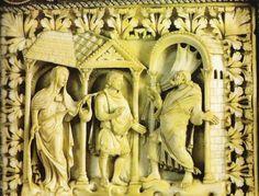 Couverture du PSAUTIER DE CHARLES LE CHAUVE:11) la fileuse. Les plaques d'ivoire sculptées illustrent des passages de l'Ancien Testament avec des effets de profondeur et de mouvements empruntés au style rémois. Elles ont conservé les bordures d'argent doré rehaussées de nœuds ou de filigranes métalliques, de pierres et de perles, qui constituent l'un des plus importants témoignage de l'art de l'orfèvrerie de l'époque carolingienne.