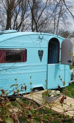 Blue vintage caravan with sweet dutch door & little chalkboard heart | tiny trailer - camper - romantiche roulotte <O>