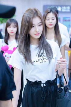 Sana-Twice 180902 Gimpo Airport from Japan Kpop Girl Groups, Korean Girl Groups, Kpop Girls, Nayeon, Singer Tv, Sana Cute, Twice Group, Sana Minatozaki, Twice Jihyo