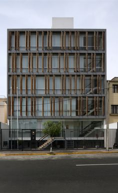 Gallery of Office Building / Fernando Mosquera + Llona + Zamora Arquitectos - 1 Futuristic Architecture, Facade Architecture, Building Front, Building Design, Sweet Potatoes For Dogs, Shop Organization, Small Office, The Neighbourhood, Outdoor Decor