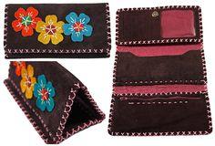 Portefeuille artisanal trois volets en cuir Nububk de vache. Le cuir provient de la province de Tabriz au nord-ouest de l'Iran. La fabrication est faite dans la province de Machhad, au nord-est du pays.  Motif : Capucine -  Couleur : Marron chocolat -  Code : CN-CP105-1 -  pour commander : http://www.colors-of-iran.fr/16-portefeuille-en-cuir.  Crédit Photo : © Colors of Iran