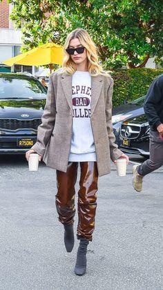 Estilo Hailey Baldwin, Hailey Baldwin Style, Celebrity Boots, Celebrity Style, Cardigan Oversize, Vinyl Trousers, Estilo Selena Gomez, First Date Outfits, Neue Outfits