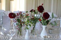 Tischdeko für eine Hochzeit in dunkelrot-creme, Hochzeitsdeko dunkelrot und creme, #Herbsthochzeit, Dahlie, Hagebutte