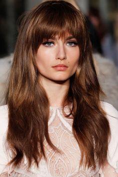 Le dégradé frangé babydoll, une belle idée de coiffure pour une chevelure épaisse, avec une frange qui laisse voir les yeux